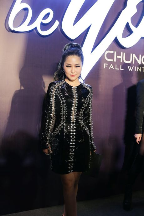 Angela Phuong Trinh om cun cung di xem show thoi trang cung Vo Canh - Anh 14