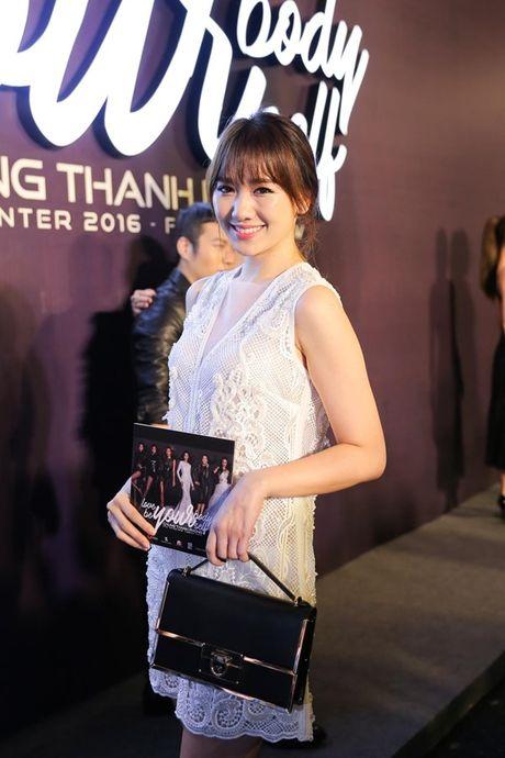 Angela Phuong Trinh om cun cung di xem show thoi trang cung Vo Canh - Anh 16