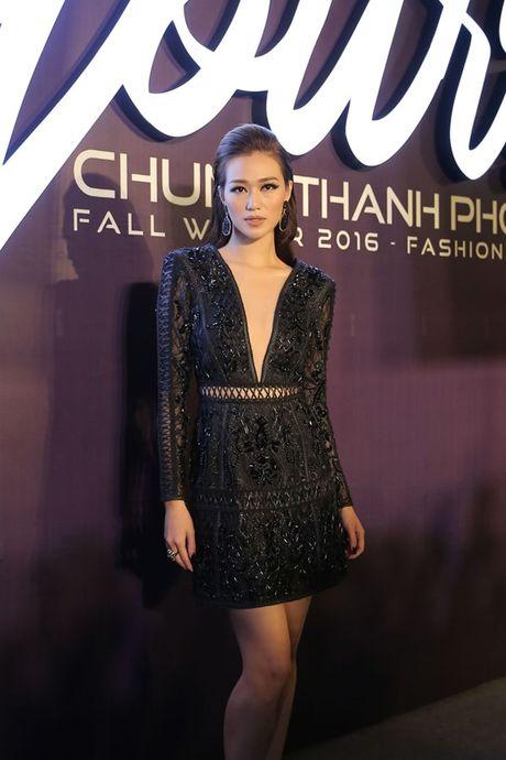 Angela Phuong Trinh om cun cung di xem show thoi trang cung Vo Canh - Anh 17