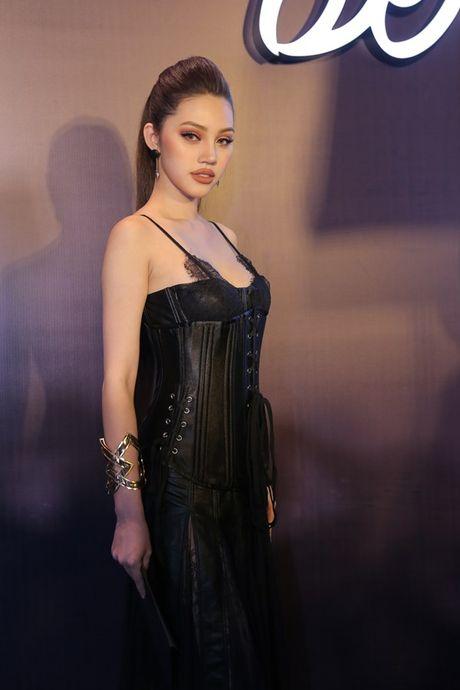 Angela Phuong Trinh om cun cung di xem show thoi trang cung Vo Canh - Anh 18