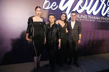 Angela Phuong Trinh om cun cung di xem show thoi trang cung Vo Canh - Anh 19