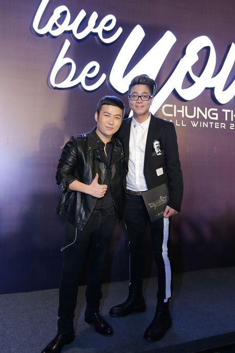 Angela Phuong Trinh om cun cung di xem show thoi trang cung Vo Canh - Anh 24