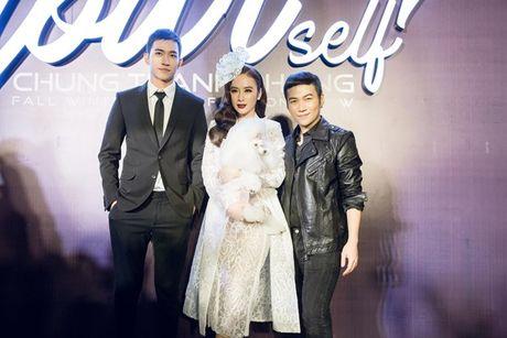 Angela Phuong Trinh om cun cung di xem show thoi trang cung Vo Canh - Anh 2