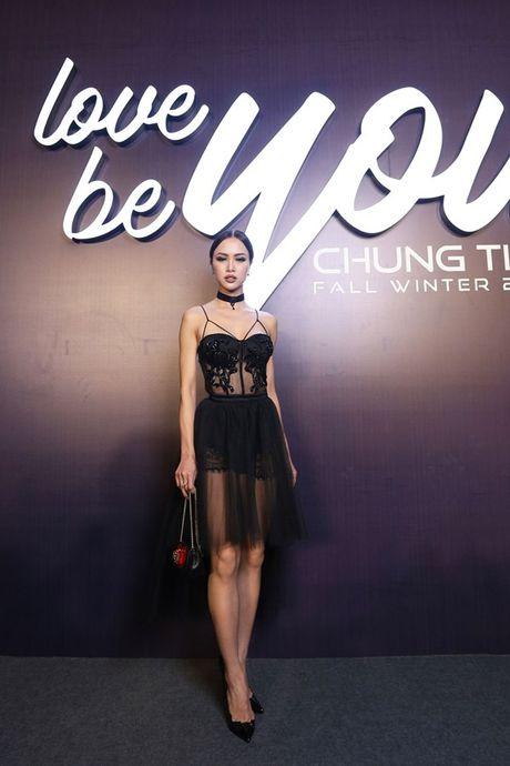 Angela Phuong Trinh om cun cung di xem show thoi trang cung Vo Canh - Anh 30