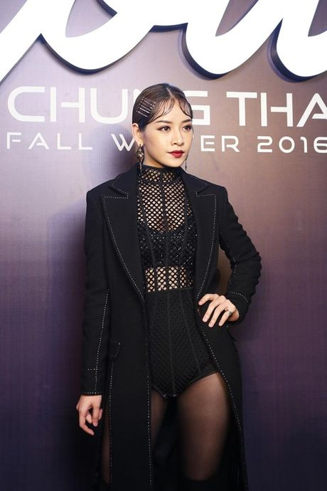 Angela Phuong Trinh om cun cung di xem show thoi trang cung Vo Canh - Anh 31