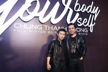 Angela Phuong Trinh om cun cung di xem show thoi trang cung Vo Canh - Anh 32
