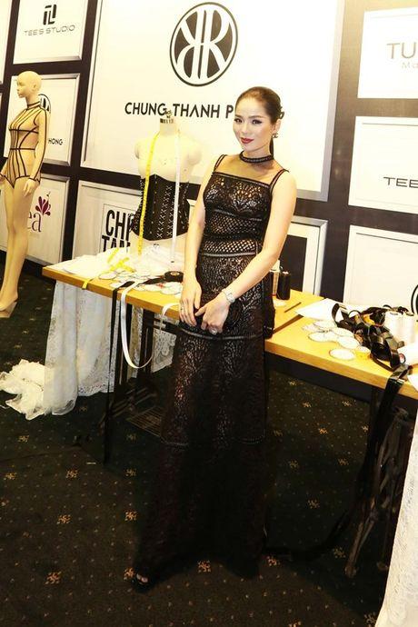 Angela Phuong Trinh om cun cung di xem show thoi trang cung Vo Canh - Anh 35