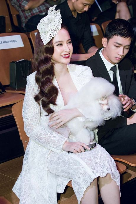 Angela Phuong Trinh om cun cung di xem show thoi trang cung Vo Canh - Anh 3