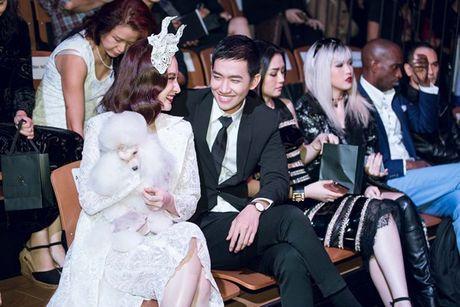 Angela Phuong Trinh om cun cung di xem show thoi trang cung Vo Canh - Anh 4