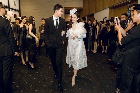 Angela Phuong Trinh om cun cung di xem show thoi trang cung Vo Canh - Anh 5