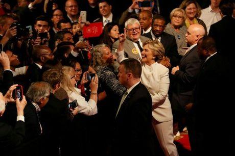 Hillary Clinton tu tin, cuoi 'chien thang' sau cuoc tranh luan thu 3 - Anh 2