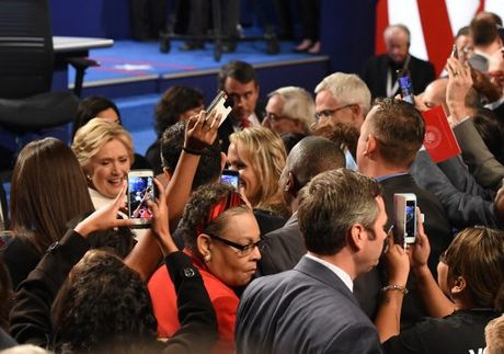 Hillary Clinton tu tin, cuoi 'chien thang' sau cuoc tranh luan thu 3 - Anh 3