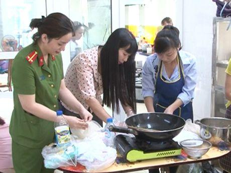Phu nu Cong an quan Hai Ba Trung: Gioi viec nuoc, dam viec nha - Anh 3