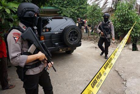 Ba canh sat Indonesia bi tan cong bang dao - Anh 1