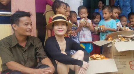 Viet Huong am tham den Quang Binh tang qua cho ba con vung lu - Anh 1