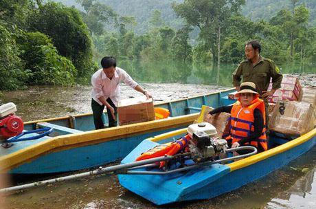 Viet Huong am tham den Quang Binh tang qua cho ba con vung lu - Anh 2