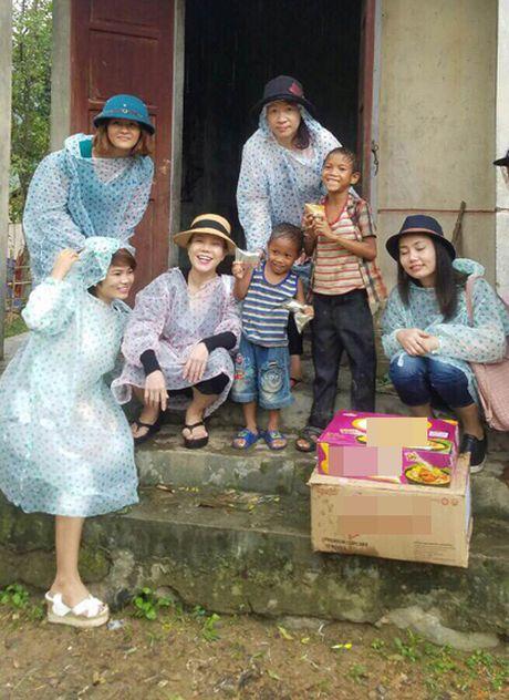 Viet Huong am tham den Quang Binh tang qua cho ba con vung lu - Anh 3