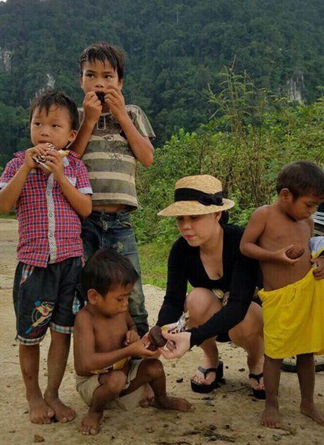 Viet Huong am tham den Quang Binh tang qua cho ba con vung lu - Anh 4