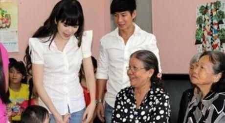 Vo ca si Ly Hai dap tra khi bi che khong bang Ha Ho vi di cuu tro bang may bay - Anh 1