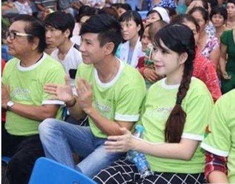 Vo ca si Ly Hai dap tra khi bi che khong bang Ha Ho vi di cuu tro bang may bay - Anh 2