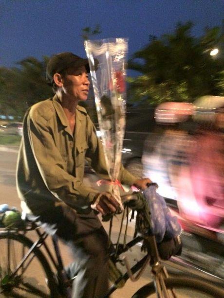 20/10: Chong di xe 'ca tang' mua hoa tang vo 'gay bao' - Anh 1