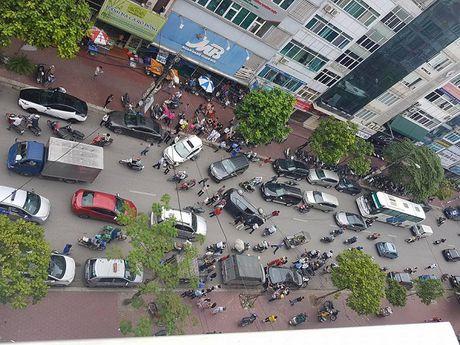 Va cham voi Ford EcoSport, Kia Carens lat nghieng giua pho Ha Noi - Anh 1