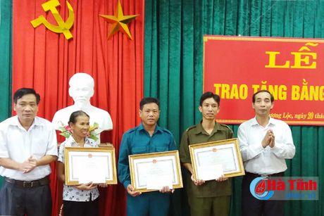 Trao bang khen Chu tich UBND tinh cho 3 cong dan giup cuu nguoi trong lu - Anh 1