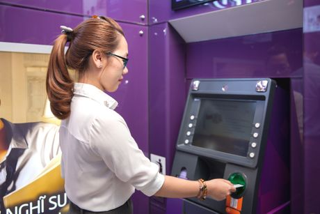 Sacombank da hoan tra tien cho chu the ATM - Anh 1
