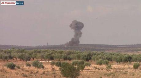 Khong quan Nga, Syria khong kich du doi tinh Idlib (video) - Anh 1
