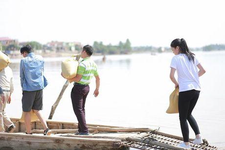 Hoa hau Ky Duyen loi bun, mang 3 xe tai hang hoa toi tham ba con mien Trung - Anh 4