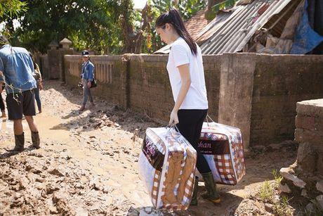 Hoa hau Ky Duyen loi bun, mang 3 xe tai hang hoa toi tham ba con mien Trung - Anh 5