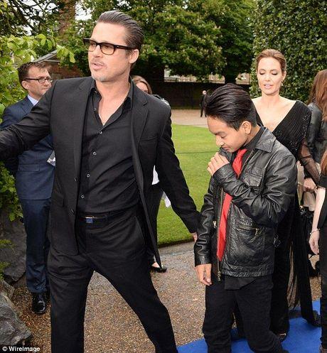 Brad Pitt lan dau gap lai Maddox sau vu viec bao hanh tren may bay - Anh 1