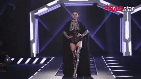Khoanh khac khoe trinh catwalk ngay mot chuyen nghiep cua Phi Phuong Anh, Lilly Nguyen - Anh 1