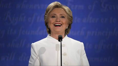 Giai ma y nghia bo vest trang ba Clinton mac trong buoi tranh luan cuoi cung - Anh 2