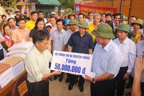 Bo Thong tin-Truyen thong trao qua cuu tro tai Ha Tinh - Anh 1