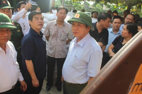 Bo Thong tin-Truyen thong trao qua cuu tro tai Ha Tinh - Anh 4