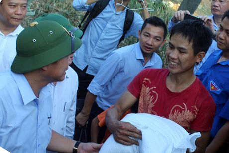 Bo Thong tin-Truyen thong trao qua cuu tro tai Ha Tinh - Anh 6