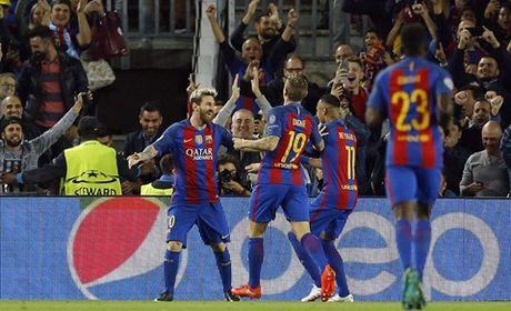 Guardiola nho be va bat luc trong the gioi cua thien tai Messi - Anh 1