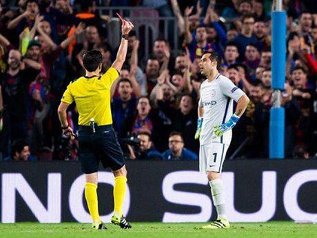 Guardiola nho be va bat luc trong the gioi cua thien tai Messi - Anh 3