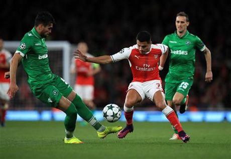 Mesut Ozil lap hat-trick, Arsenal 'danh tennis' truoc Ludogorets - Anh 1