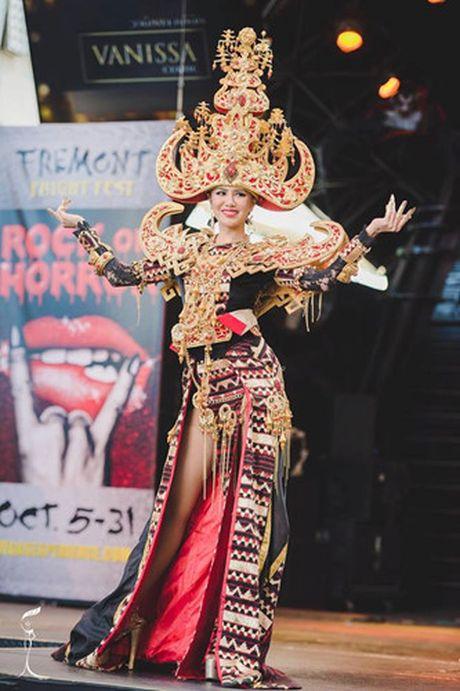 Ao tu than cua Nguyen Thi Loan lot top 3 trang phuc dep nhat - Anh 1