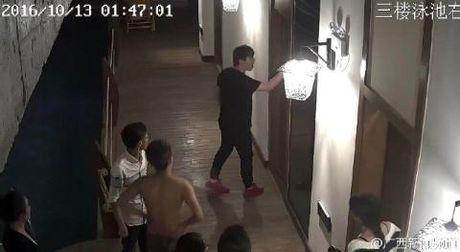 Khach Trung Quoc bi duoi khoi phong vi may mua am i - Anh 1