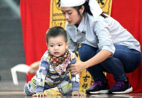 May bay roi o Vung Tau: Con trai 2 tuoi chap chung ben ban tho cha - Anh 1