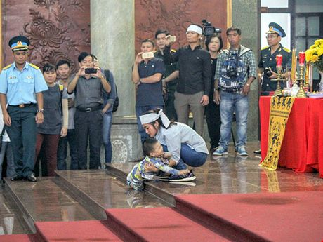 May bay roi o Vung Tau: Con trai 2 tuoi chap chung ben ban tho cha - Anh 2