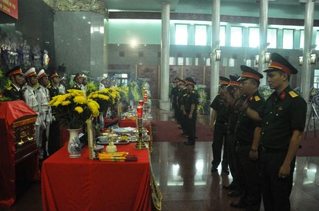 May bay roi o Vung Tau: Con trai 2 tuoi chap chung ben ban tho cha - Anh 6