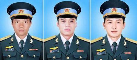 May bay roi o Vung Tau: Con trai 2 tuoi chap chung ben ban tho cha - Anh 8