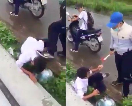 Clip: Nam sinh danh, dap lien tiep vao dau ban giua duong - Anh 1