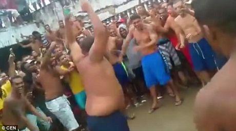 Video pham nhan dam nhau dien loan trong tu Brazil - Anh 1