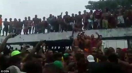 Video pham nhan dam nhau dien loan trong tu Brazil - Anh 2