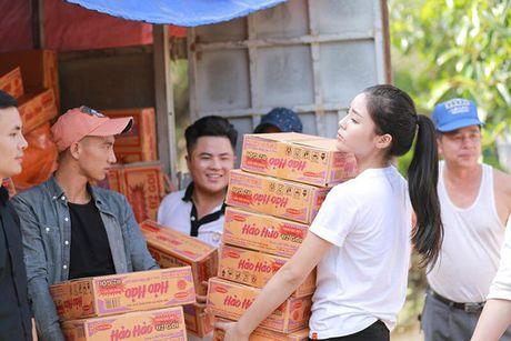 Ky Duyen khe ne be mi tom, gao, chan den voi vung lu lut Quang Binh - Anh 1